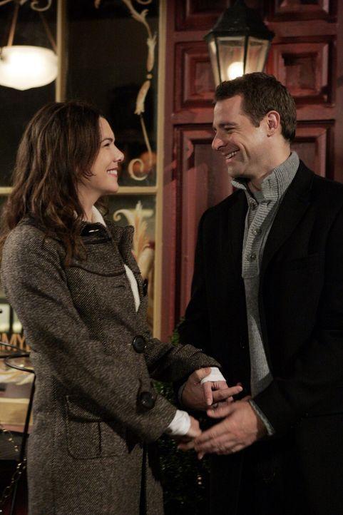 Lorelai (Lauren Graham, l.) und Christopher (David Sutcliffe, r.) nehmen seine Tochter mit nach Paris, um ihre Mutter zu besuchen. Doch die Stadt de... - Bildquelle: Warner Bros.