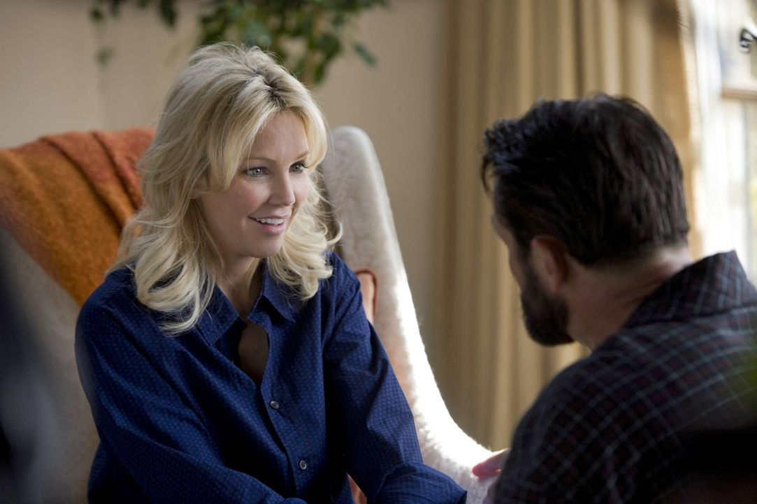 Amanda (Heather Locklear, l.) hat es geschafft, den reichen Ben (Billy Campbell, r.) um den Finger zu wickeln... - Bildquelle: 2009 The CW Network, LLC. All rights reserved.