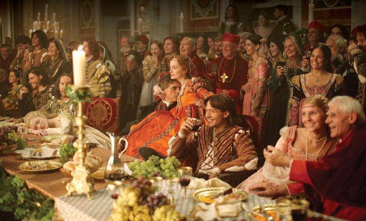 Führen sich auf Lucrezias Hochzeit nicht besonders vorbildlich auf - mit schlimmen Folgen für die junge Braut Papst Alexander VI. (Jeremy Irons, v... - Bildquelle: LB Television Productions Limited/Borgias Productions Inc./Borg Films kft/ An Ireland/Canada/Hungary Co-Production. All Rights Reserved.