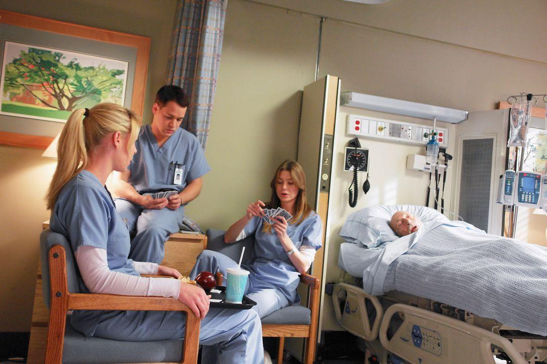 Jeder hat so seine Probleme: Izzie (Katherine Heigl, l.), George (T. R. Knight, M.) und Meredith (Ellen Pompeo, r.) ... - Bildquelle: Touchstone Television
