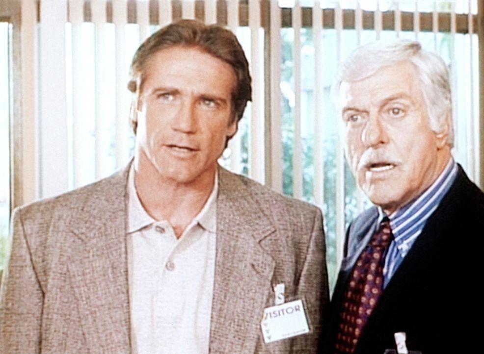 Steve (Barry Van Dyke, l.) und sein Vater Mark (Dick Van Dyke, r.) verhören einen Verdächtigen. - Bildquelle: Viacom