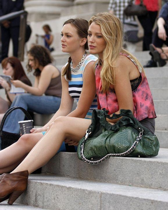 Irgendwie vermissen die Freundinnen Blair (Leighton Meester, l.) und Serena (Blake Lively, r.) die guten alten Zeiten auf der Highschool ... - Bildquelle: Warner Brothers