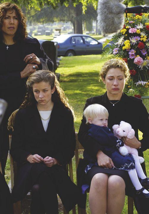Erschüttert nehmen Tochter Rachel (Hallee Hirsh, 2.v.l.), Ehefrau Elizabeth (Alex Kingston, r.) und die kleinste der Familie am Grab Abschied von i... - Bildquelle: TM+  WARNER BROS.