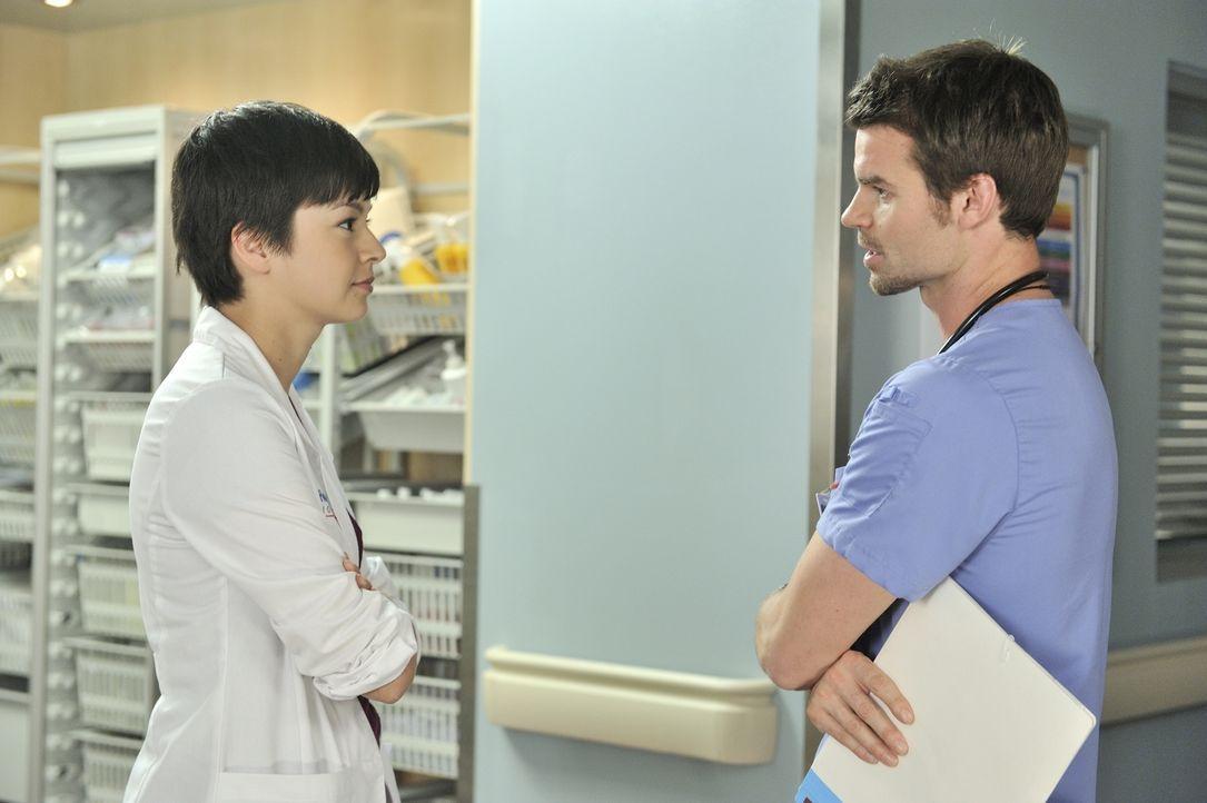 Dr. Maggie Lin (Julia Taylor Ross, l.) möchte gern mehr Zeit mit Dr. Joel Goran (Daniel Gillies, r.) verbringen, doch möchte er das auch? - Bildquelle: 2012  Hope Zee One Inc.