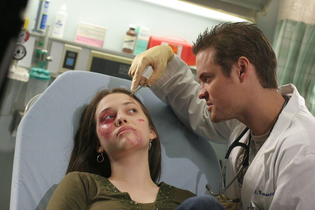 Nachdem Zoe (Kat Dennings, l.) brutal zusammengeschlagen wurde, wird sie in die Notaufnahme gebracht. Ray (Shane West, r.) ist besorgt um seine mind... - Bildquelle: Warner Bros. Television