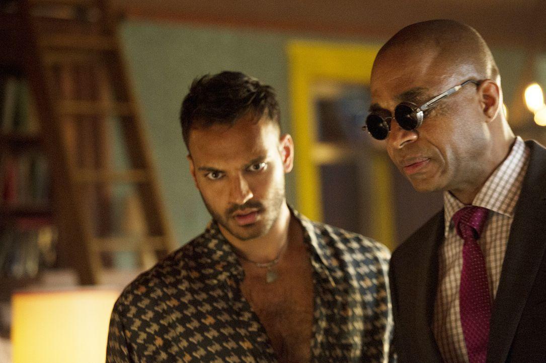 Nachdem Quentin mit Penny (Arjun Gupta, l.) über einen Traum Kontakt aufgenommen hat, wendet sich Penny an Dekan Fogg (Rick Worthy, r.), denn er ist... - Bildquelle: 2015 Syfy Media Productions LLC. ALL RIGHTS RESERVED.