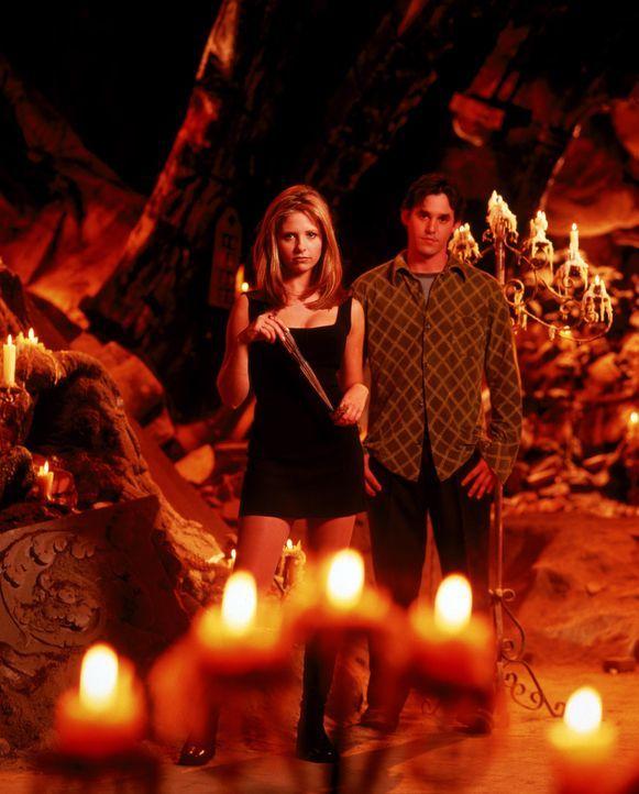 (1. Staffel) - Als Xander (Nicholas Brendon, r.) Buffy (Sarah Michelle Gellar, l.) kennen lernt, ist er sofort Feuer und Flamme für sie und versucht... - Bildquelle: (1997) Twentieth Century Fox Film Corporation.