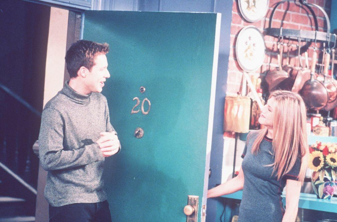 Rachel (Jennifer Aniston, r.) ist derzeit leicht verstimmt, da ihr neuer, gut aussehender Nachbar Danny (George Newbern, l.) ihr so wenig Beachtung... - Bildquelle: TM+  2000 WARNER BROS.