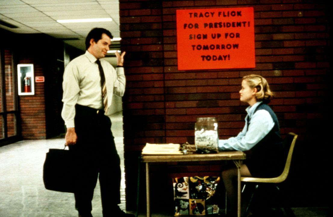 High-School-Lehrer Jim McAllister (Matthew Broderick, l.) will verhindern, dass die überehrgeizige Streberin Tracy Flick (Reese Witherspoon, r.) zu... - Bildquelle: Paramount Pictures