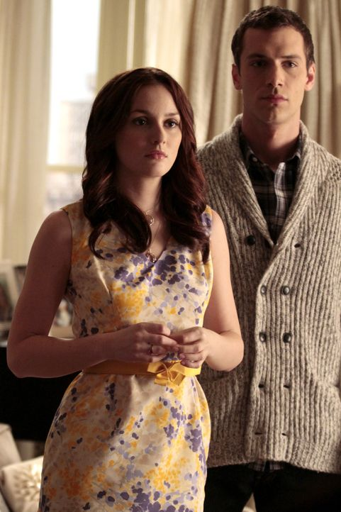 Es scheint ganz gut bei Blair (Leighton Meester, l.) und ihrem Date zu laufen - doch dann platzen Dan und Nate auf einmal herein ... - Bildquelle: Warner Bros. Television