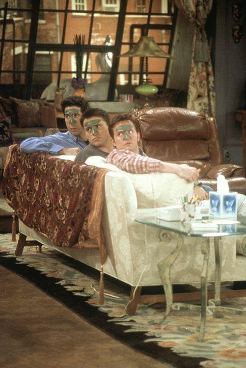 Ross (David Schwimmer, l.), Joey (Matt LeBlanc, M.) und Chandler (Matthew Perry, r.) scheuen keine Mühen, um ihrer strapazierten Haut etwas Gutes z... - Bildquelle: TM+  2000 WARNER BROS.
