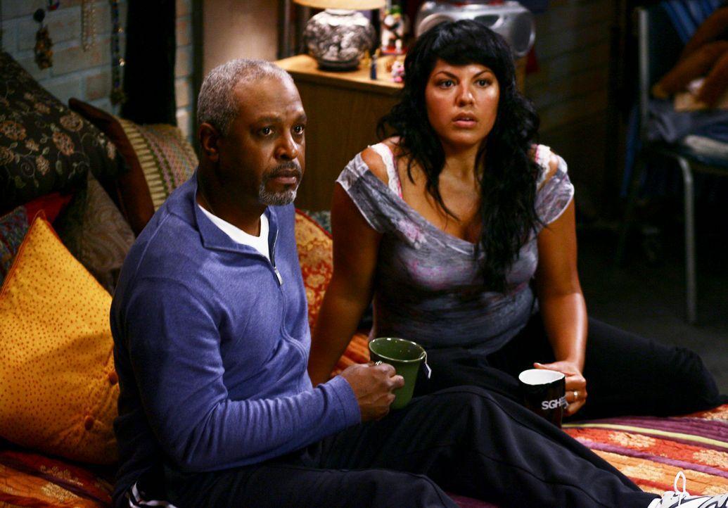 Webber (James Pickens Jr., l. ) hat Callie's (Sara Ramirez, r.) Residenz entdeckt und fordert sie auf zu gehen, auch wenn er selbst seit einigen Tag... - Bildquelle: Touchstone Television