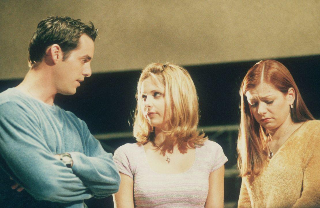 Xander (Nicholas Brendon, l.), Buffy (Sarah Michelle Gellar, M.) und Willow (Alyson Hannigan, r.) machen mit ihrer Klasse einen Museumsbesuch. Plötz... - Bildquelle: TM +   2000 Twentieth Century Fox Film Corporation. All Rights Reserved.