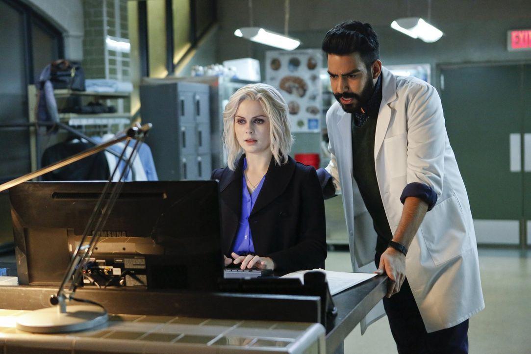 Liv (Rose McIver, l.) stellt Nachforschungen über Drake an und Ravi (Rahul Kohli, r.) gibt ihr den Tipp, sich von dem undurchsichtigen Zombie fernzu... - Bildquelle: 2014 Warner Brothers