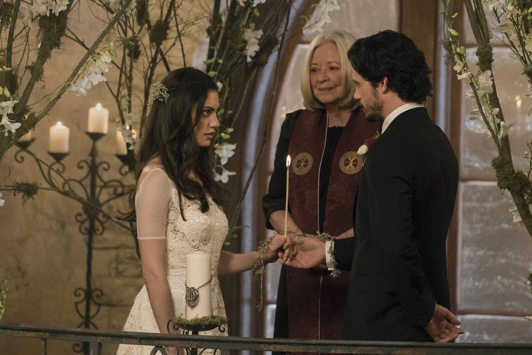 Mary (Debra Mooney, M.) knüpft eine Verbindung, die für Hayley (Phoebe Tonkin, l.) und Jackson (Nathan Parsons, r.) hoffentlich mehr sein wird, als... - Bildquelle: Warner Bros. Entertainment, Inc