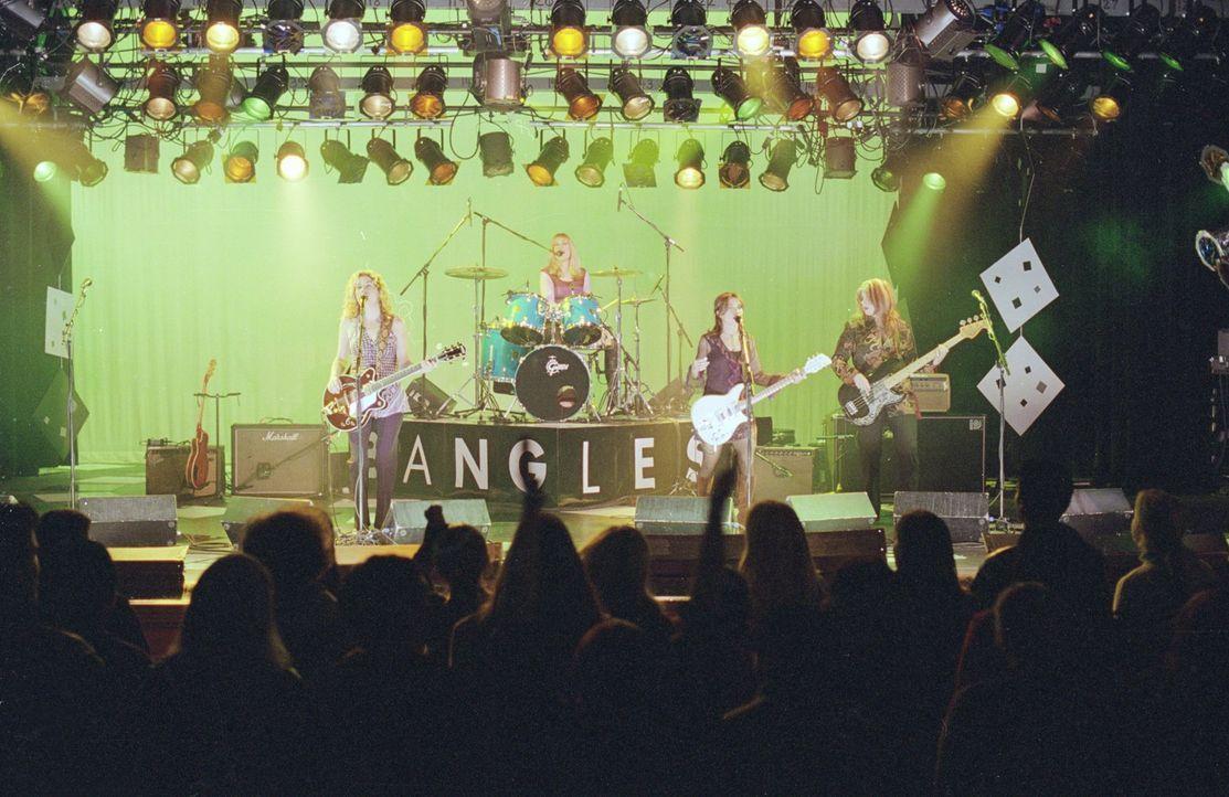 Lorelei schenkt ihrer Tochter Karten für ein Bangles Konzert, doch der Abend gerät außer Kontrolle, als sich Madeline und Louise von zwei Typen auf... - Bildquelle: 2000 Warner Bros.