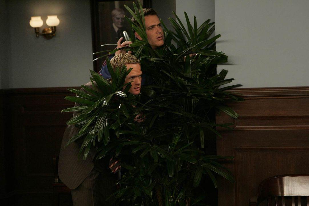 Um Marshall (Jason Segel, l.) zu helfen, will sich Barney (Neil Patrick Harris, r.) Professorin Lewis annehmen. Die Jagd nach ihr vergleicht er mit... - Bildquelle: 20th Century Fox International Television