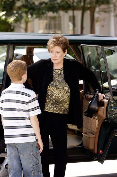 Stella (Polly Bergen, r.) hat es satt, dass ihre Töchter sie nicht haben wollen und deshalb verabschiedet sie sich von der Wisteria Lane und Parker... - Bildquelle: ABC Studios