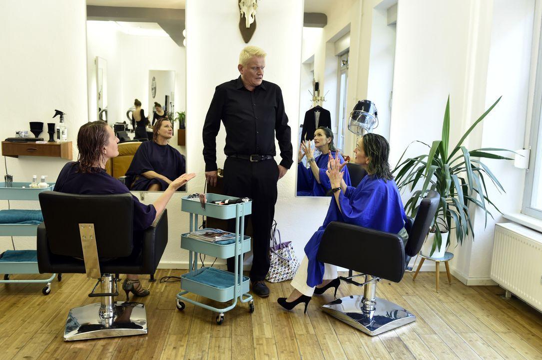 Kaum haben Felicitas (Claudia Lietz, l.) und Sylvia (Eva Mannschott, r.) eine neue Front aufgetan, den Friseursalon-Chef (Conrad Eichner), da begrab... - Bildquelle: Claudius Pflug SAT.1