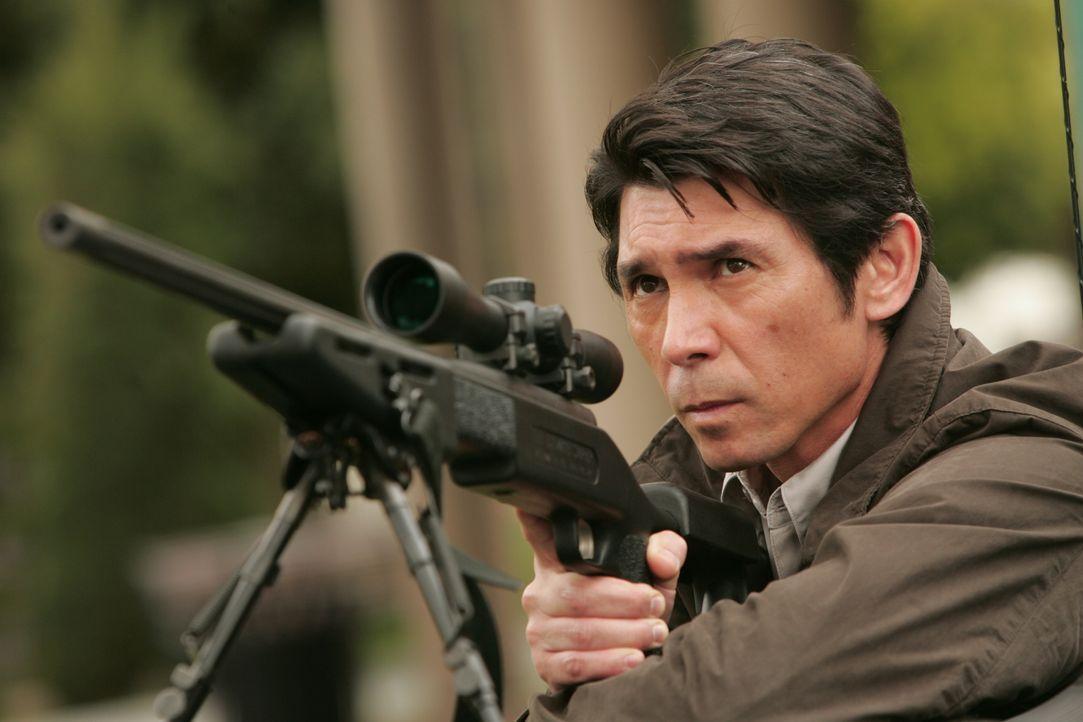 L.A. wird von einem Heckenschützen heimgesucht. Don zieht sofort Charlie und einen Heckenschützenausbilder aus Quantico namens Agent Edgerton (Lou D... - Bildquelle: Paramount Network Television