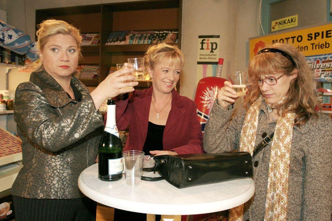 Gemeinsam mit Agnes (Susanne Szell, r.) und Helga (Ulrike Mai, M.) stößt Lisa (Alexandra Neldel, r.) auf ein neues Jahr voller Liebe an. - (Dieses F... - Bildquelle: Noreen Flynn SAT.1 / Noreen Flynn