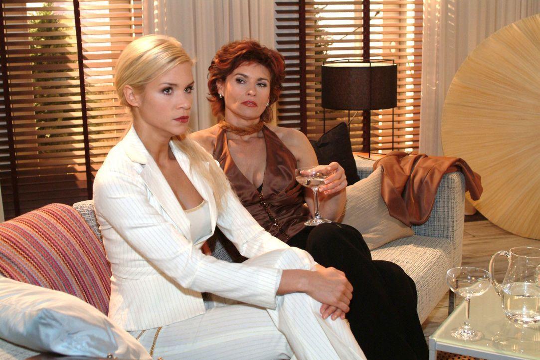 Sabrina (Nina-Friederike Gnädig, l.) fordert von Sophie (Gabrielle Scharnitzky, r.) ihr zu zeigen, wie man eine vollkommene Dame wird. Doch Sophie g... - Bildquelle: Monika Schürle SAT.1 / Monika Schürle