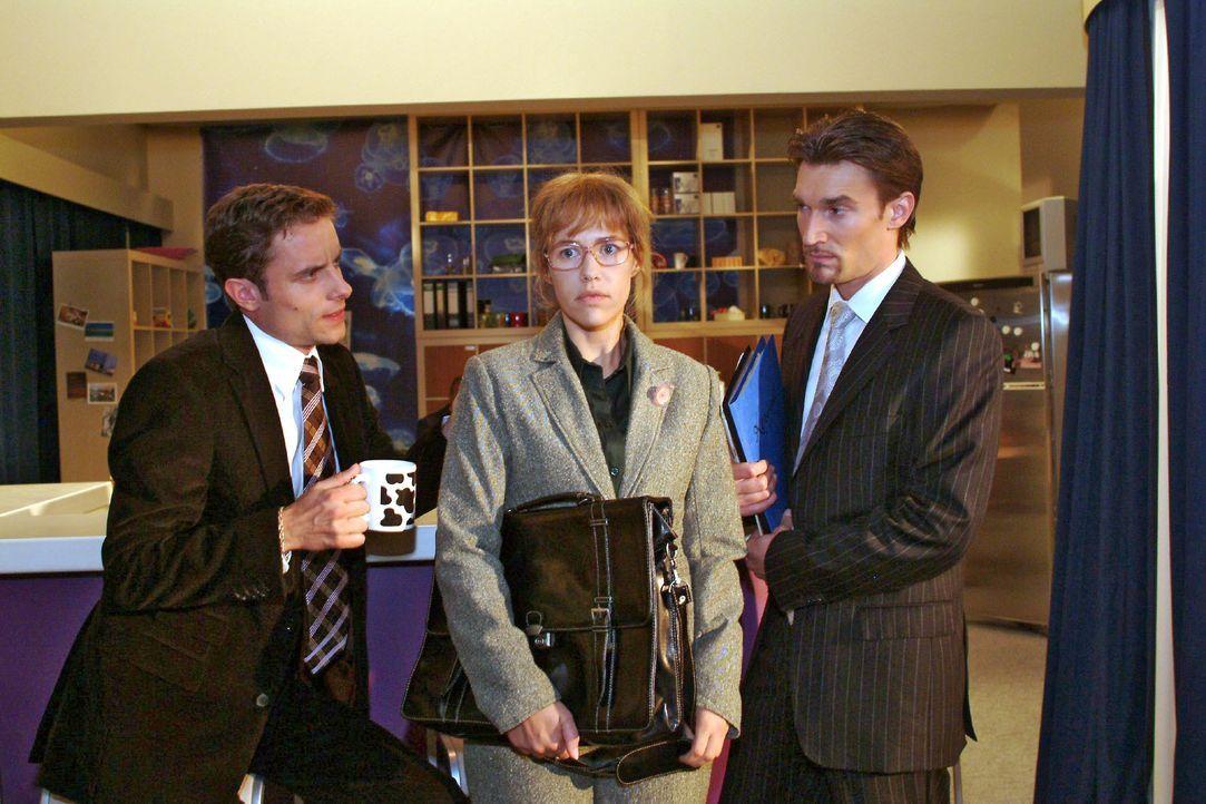 Lisa (Alexandra Neldel, M.) lässt sich von Richard (Karim Köster, r.) und Max (Alexander Sternberg, l.) überreden, eine Rede zu halten. (Dieses Foto... - Bildquelle: Monika Schürle SAT.1 / Monika Schürle