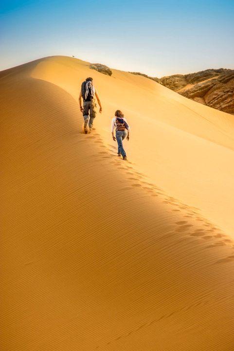 Die Wüste scheint endlos zu sein. Schon bald verlässt Lucie (Jennifer Ulrich, hinten) die Kraft. Da entdeckt Ben (August Wittgenstein, vorne) in d... - Bildquelle: Richard Krause SAT.1