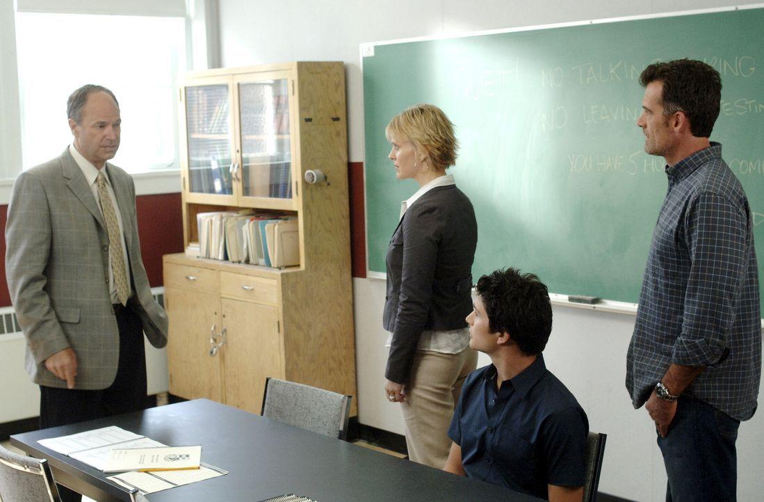 Nicole (Marguerite MacIntyre, 2.v.l.) und Stephen (Bruce Thomas, r.) bestehen darauf, dass Kyle (Matt Dallas, 2.v.r.) einen persönlichen Tutor beko... - Bildquelle: TOUCHSTONE TELEVISION