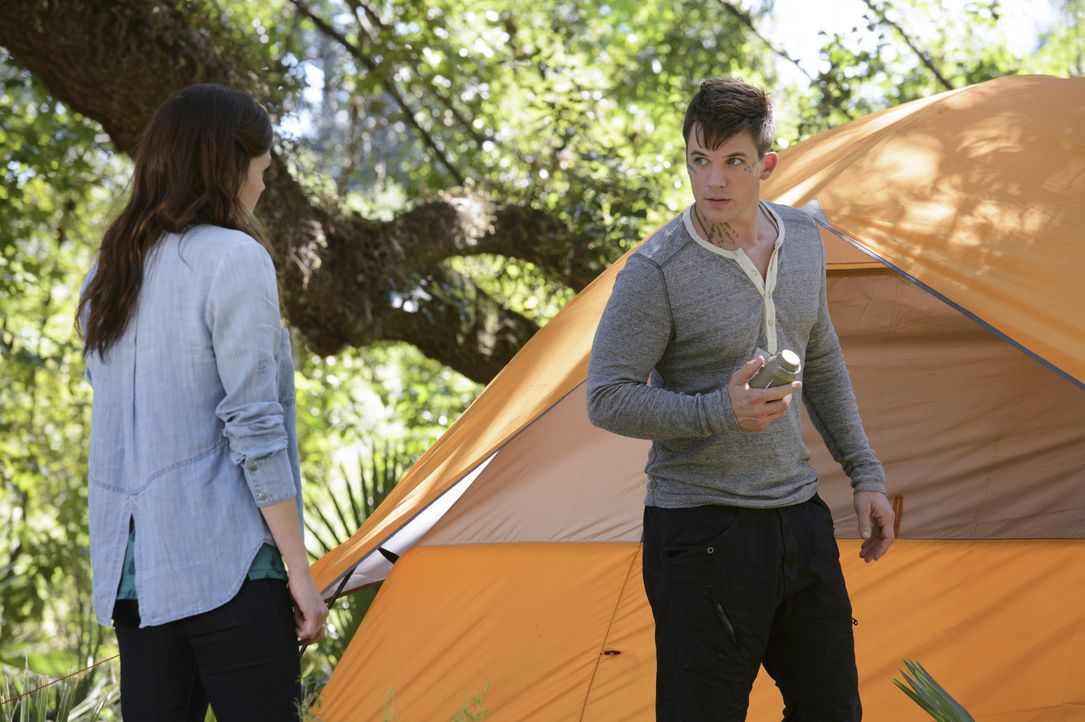 Emery (Aimeé Teegarden, l.) entschließt sich dazu, Grayson beizustehen und ihre Gefühle für Roman (Matt Lanter, r.) so tief wie möglich zu begraben... - Bildquelle: 2014 The CW Network, LLC. All rights reserved.