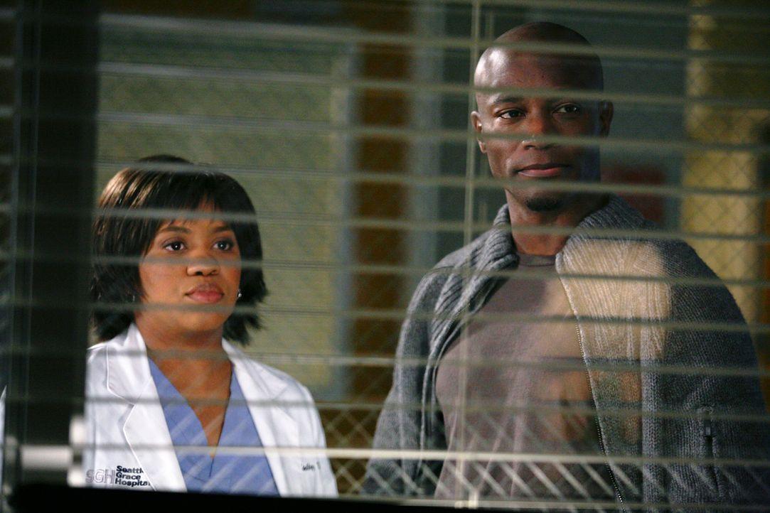 Sam (Taye Diggs, r.) erleidet eine plötzliche Asthma-Attacke. Naomi und Bailey (Chandra Wilson, l.) arbeiten zusammen, um die Ursache des plötzliche... - Bildquelle: ABC Studios