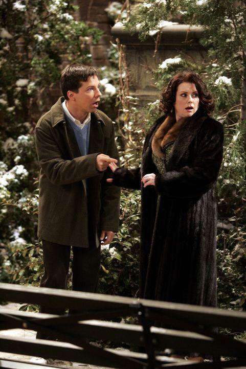 Ein vermeintlicher Spanner vor Karens (Megan Mullally, r.) Haus entpuppt sich als eine Vögel beobachtende HSK. Eine Heiße Schwule Knalltüte. Jack (S... - Bildquelle: Chris Haston NBC Productions
