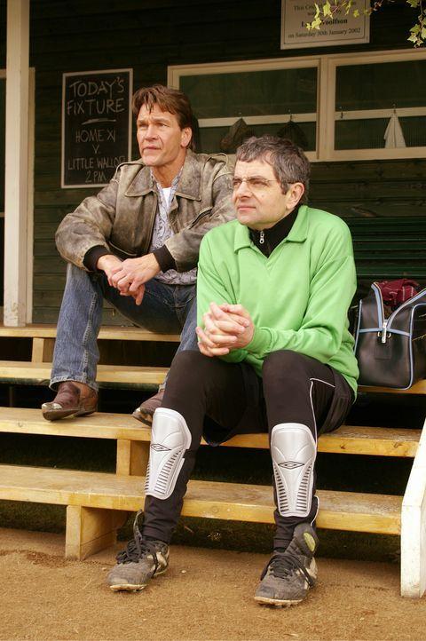 Seine Leistung als Torwart ist eher mäßig und so muss Reverend Walter Goodfellow (Rowan Atkinson, r.) als Zuschauer dem Spiel beiwohnen. Auf der E... - Bildquelle: Constantin Film