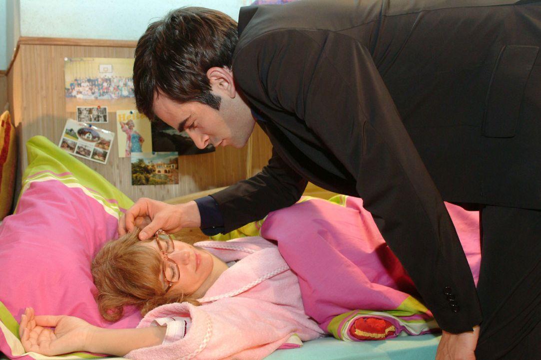 David (Mathis Künzler, r.) bringt Lisa (Alexandra Neldel, l.) ins Bett und gibt ihr zu verstehen, dass sie sich keine Sorgen wegen ihrer Arbeit mach... - Bildquelle: Monika Schürle SAT.1 / Monika Schürle