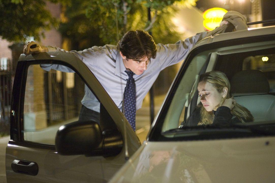 Luka (Goran Visnjic, l.) versucht Sam (Linda Cardellini, r.) zu beruhigen, die die Ungewissheit über das Verbleiben ihres Sohnes nicht mehr aushält... - Bildquelle: Warner Bros. Television