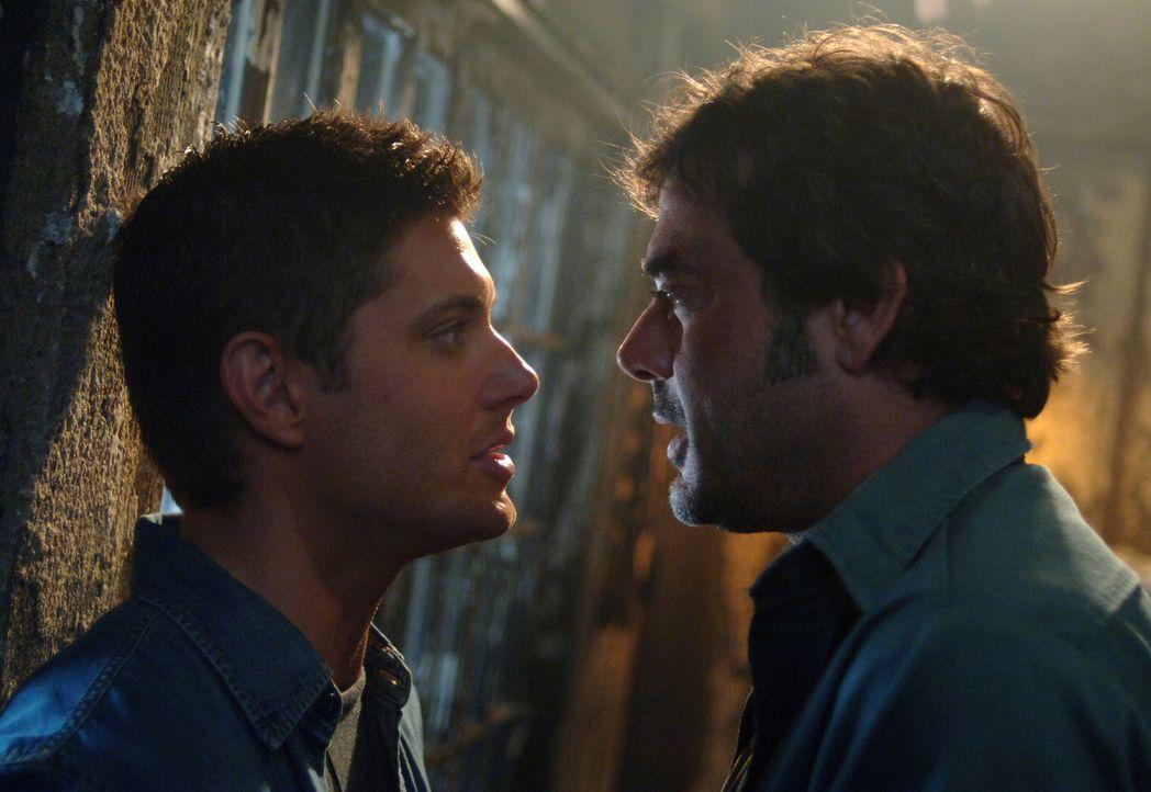 Dean (Jensen Ackles, l.) muss herausfinden, ob sein Vater John (Jeffrey Dean Morgan, r.) von einem Dämon besessen ist ... - Bildquelle: Warner Bros. Television