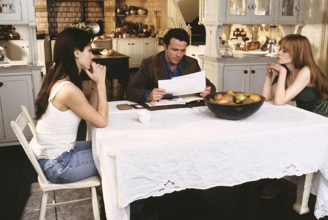 Wird Sheriff Gary (Aidan Quinn, M.) mit der Vergangenheit aufräumen und Anti-Liebes-Fluch von Sally (Sandra Bullock,l.) und Gillian Owens (Nicole Ki... - Bildquelle: Warner Brothers