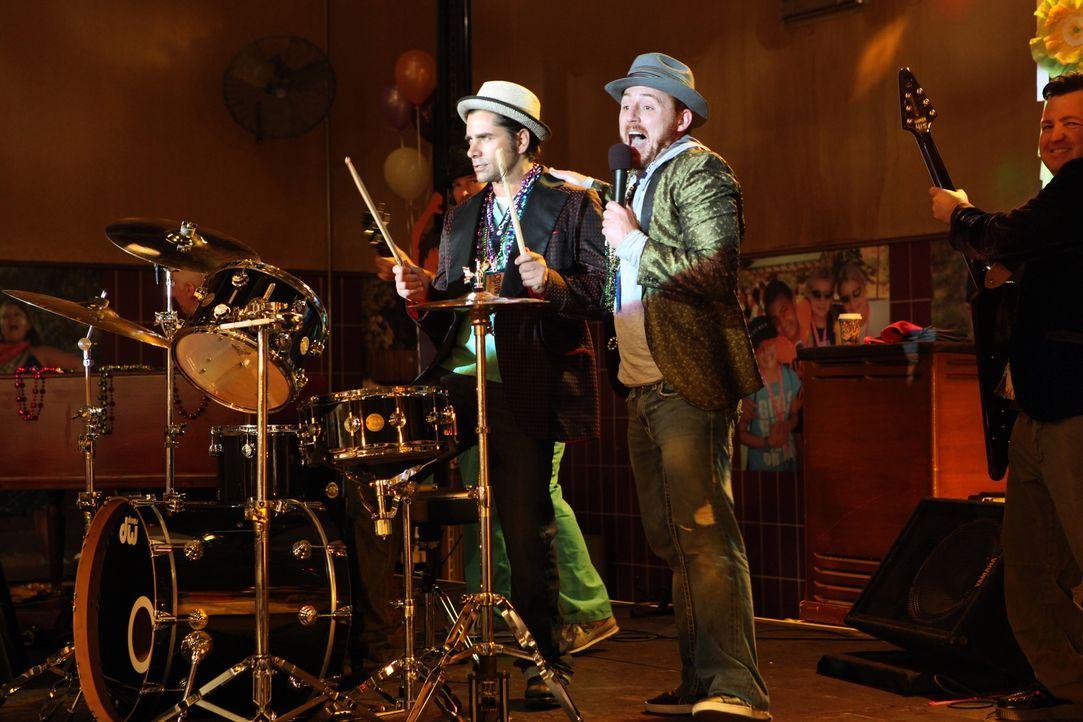 Die Partymacher unter den Ärzten: Archie (Scott Grimes, r.) und Tony (John Stamos, l.) ... - Bildquelle: Warner Bros. Television
