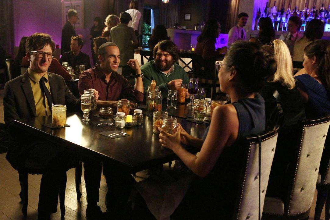 Drei Mädels und drei Kerle: Benji (Paul Rust, l.), Ruby (Dan Ahdoot, 2.v.l.) und Dan (John Gemberling, 3.v.l.) erwarten bei ihrem Gruppendate ein ru... - Bildquelle: Warner Brothers