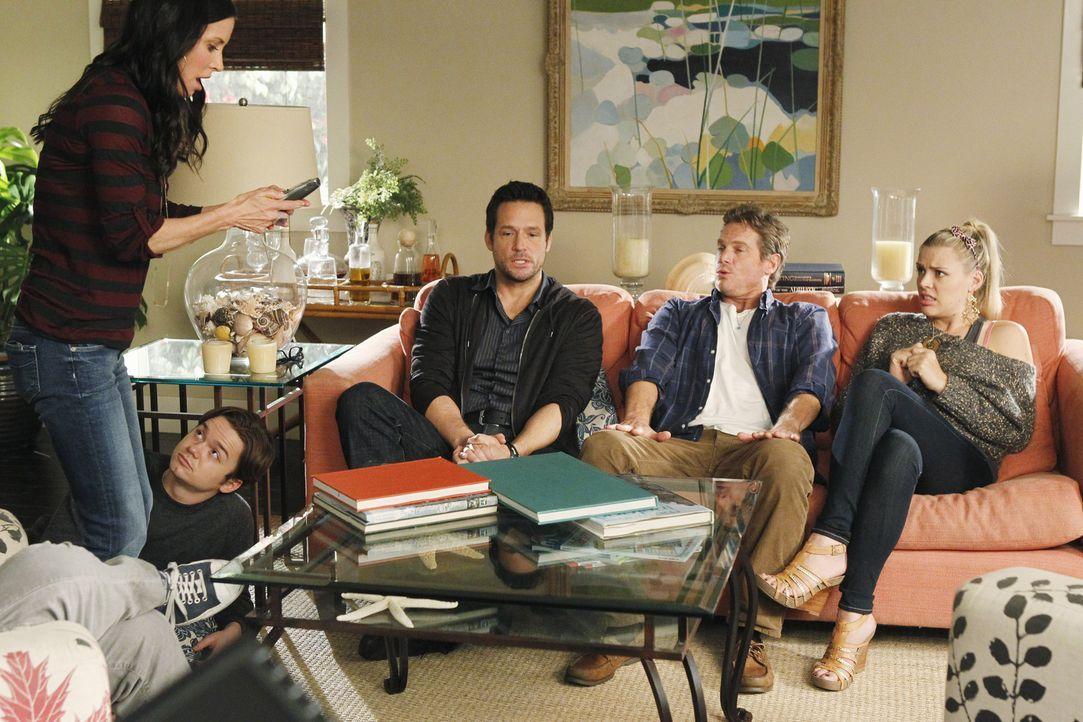 Da der Fernseher kaputt ist und er geplante Fernsehabend deshalb ins Wasser fällt, hat Jules (Courteney Cox, l.) eine besondere Idee, wie sie die Z... - Bildquelle: 2010 ABC INC.
