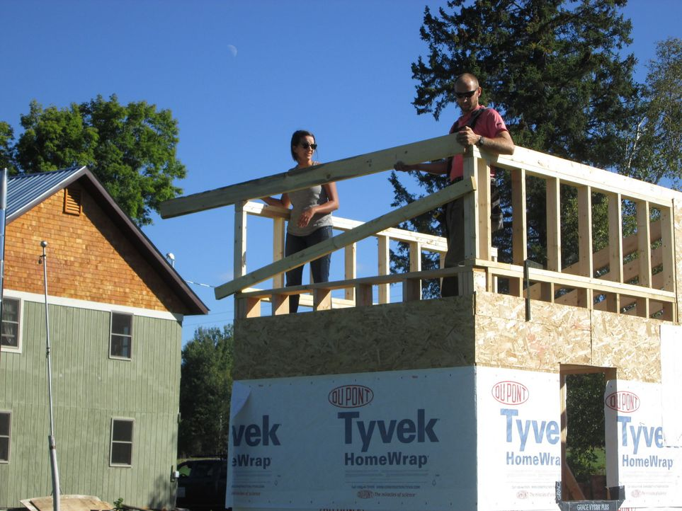 Beim Bau des kleinen Eigenheims, entdeckt Chrissy (l.), dass sie doch noch ein paar Änderungen an dem ursprünglichen Plan hat. Wie wird Bauleiter Se... - Bildquelle: 2016, HGTV/Scripps Networks, LLC. All Rights Reserved.