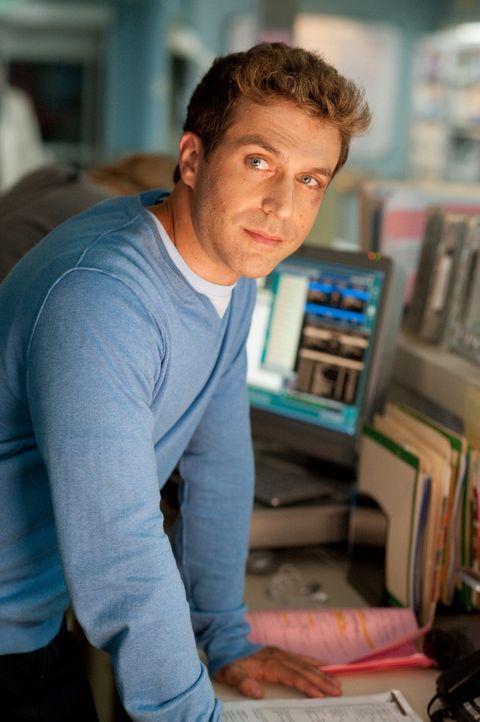 Während Tom ein Date hat, wird er als Sanitäter von Ray (David Julian Hirsh) bei einem Eishockey-Spiel vertreten ... - Bildquelle: Sony 2009 CPT Holdings, Inc. All Rights Reserved