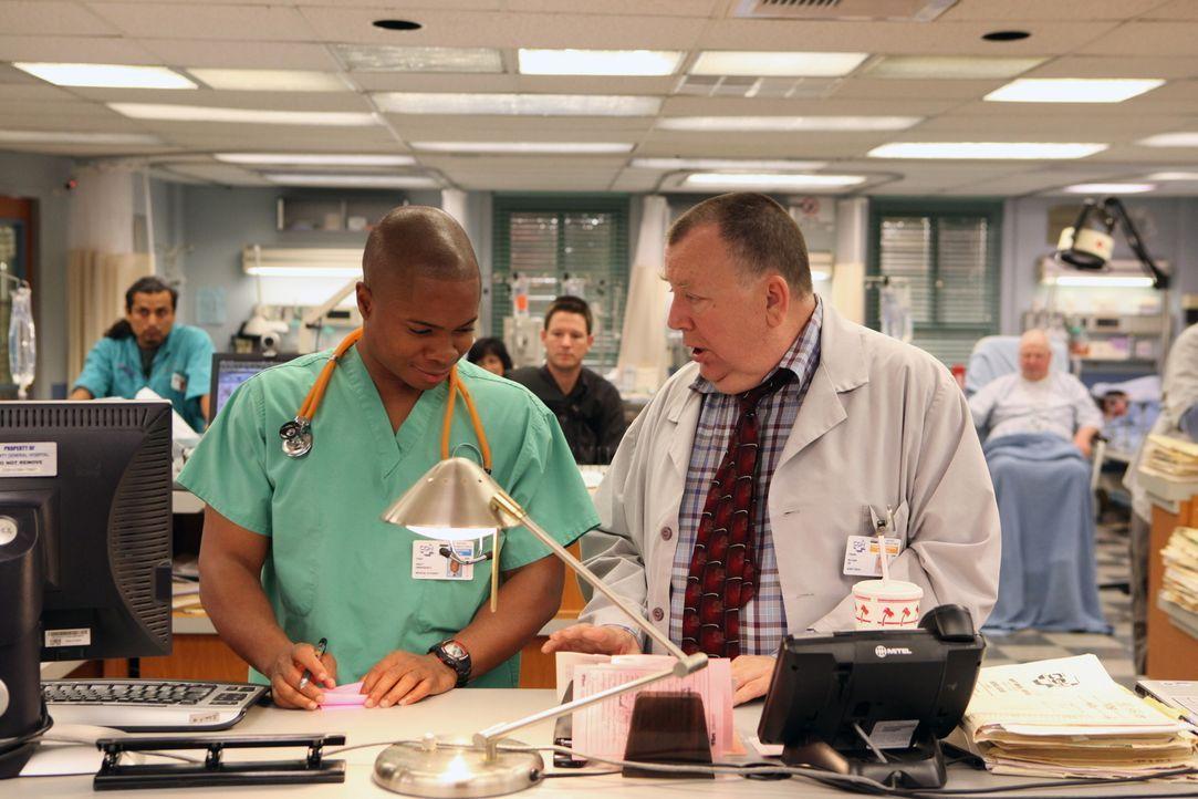 Frank (Troy Evans, r.) bittet Chaz (Sam Jones III, l.), die neuen Medizinstudenten durch das County zu führen. Nichtahnend, dass sich unter den Stu... - Bildquelle: Warner Bros. Television