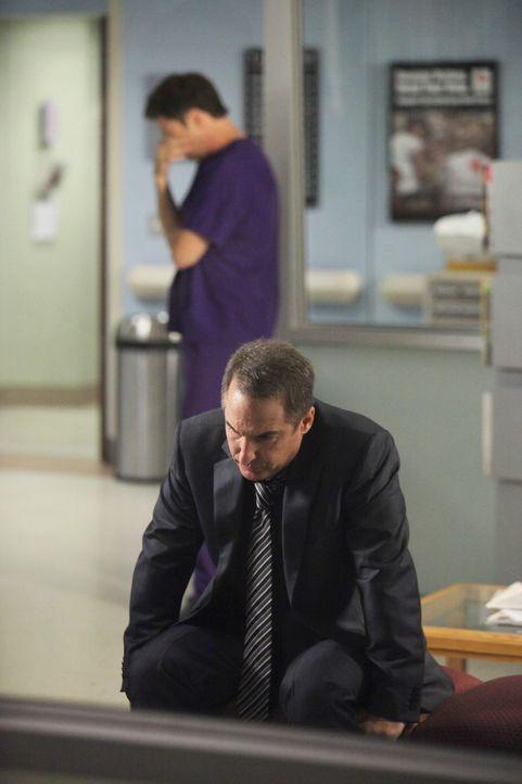 Machen sich große Sorgen um Violet und das Baby: Pete (Tim Daly, l.) und Sheldon (Brian Benben, r.) ... - Bildquelle: ABC Studios