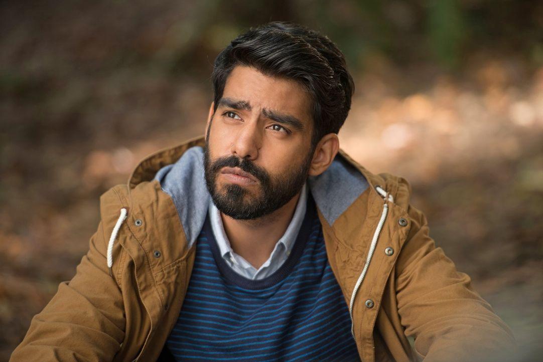 Ravi (Rahul Kohli) ist begeistert, als Liv mit einer erstaunlichen Erkenntnis bei ihm im Labor auftaucht ... - Bildquelle: Warner Brothers