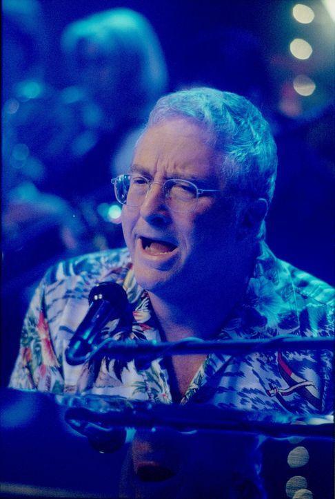 Dank Randy Newman (Randy Newman) ist die Stimmung auf Johns Feier ganz wunderbar ... - Bildquelle: 2000 Twentieth Century Fox Film Corporation. All rights reserved.