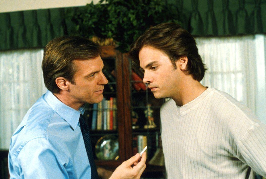 Eric (Stephen Collins, l.) ist entsetzt: Hündin Happy hat ihm einen Joint vor die Füße gelegt. Er verdächtigt seinen Sohn Matt (Barry Watson, r.), d... - Bildquelle: The WB Television Network