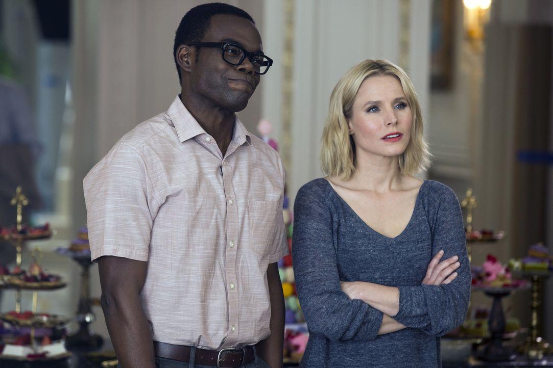 """Während sich Eleanor (Kristen Bell, r.) freut, dass sie im """"Good Place"""" bleiben kann, hat Chidi (William Jackson Harper, l.) damit zu kämpfen, dass... - Bildquelle: 2016 Universal Television LLC. ALL RIGHTS RESERVED."""