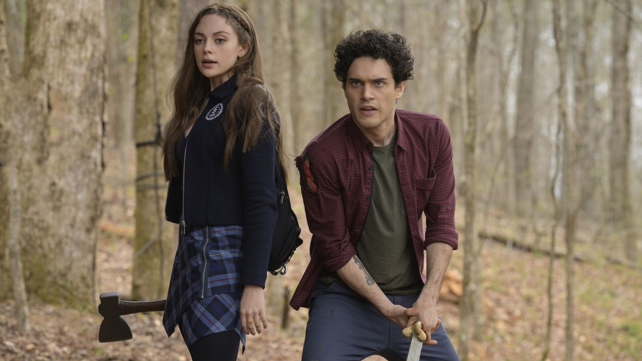 Hope Mikaelson (Danielle Rose Russell, l.); Landon Kirby (Aria Shahghasemi, r.) - Bildquelle: 2021 The CW Network, LLC. All rights reserved.