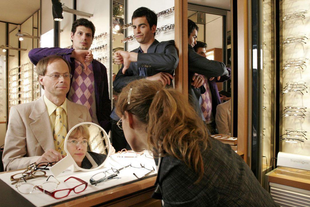 Ohne auf Rokko (Manuel Cortez, hinten l.) und David (Mathis Künzler, hinten r.) zu hören, kauft Lisa (Alexandra Neldel, vorne r.) sich eine neue B... - Bildquelle: Noreen Flynn Sat.1